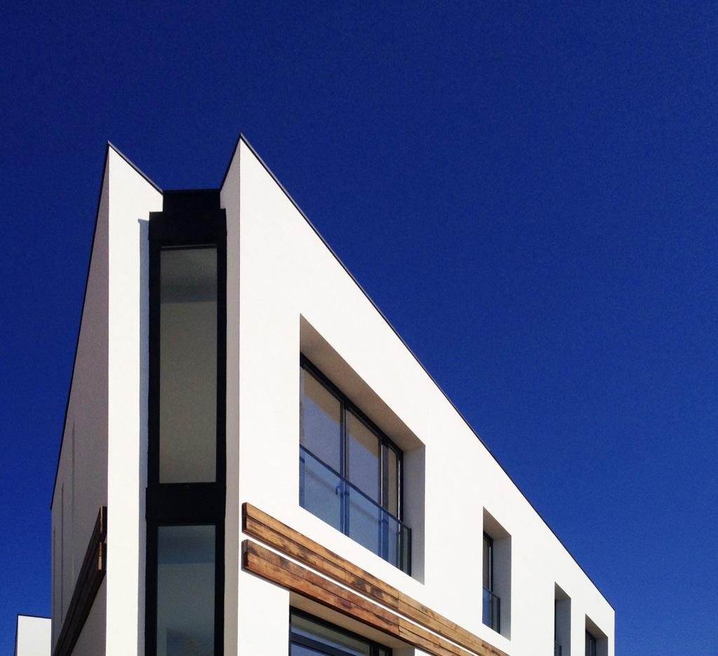 Detalle de la ventana vertical en la esquina de la casa A | 08023 Arquitectos - Barcelona