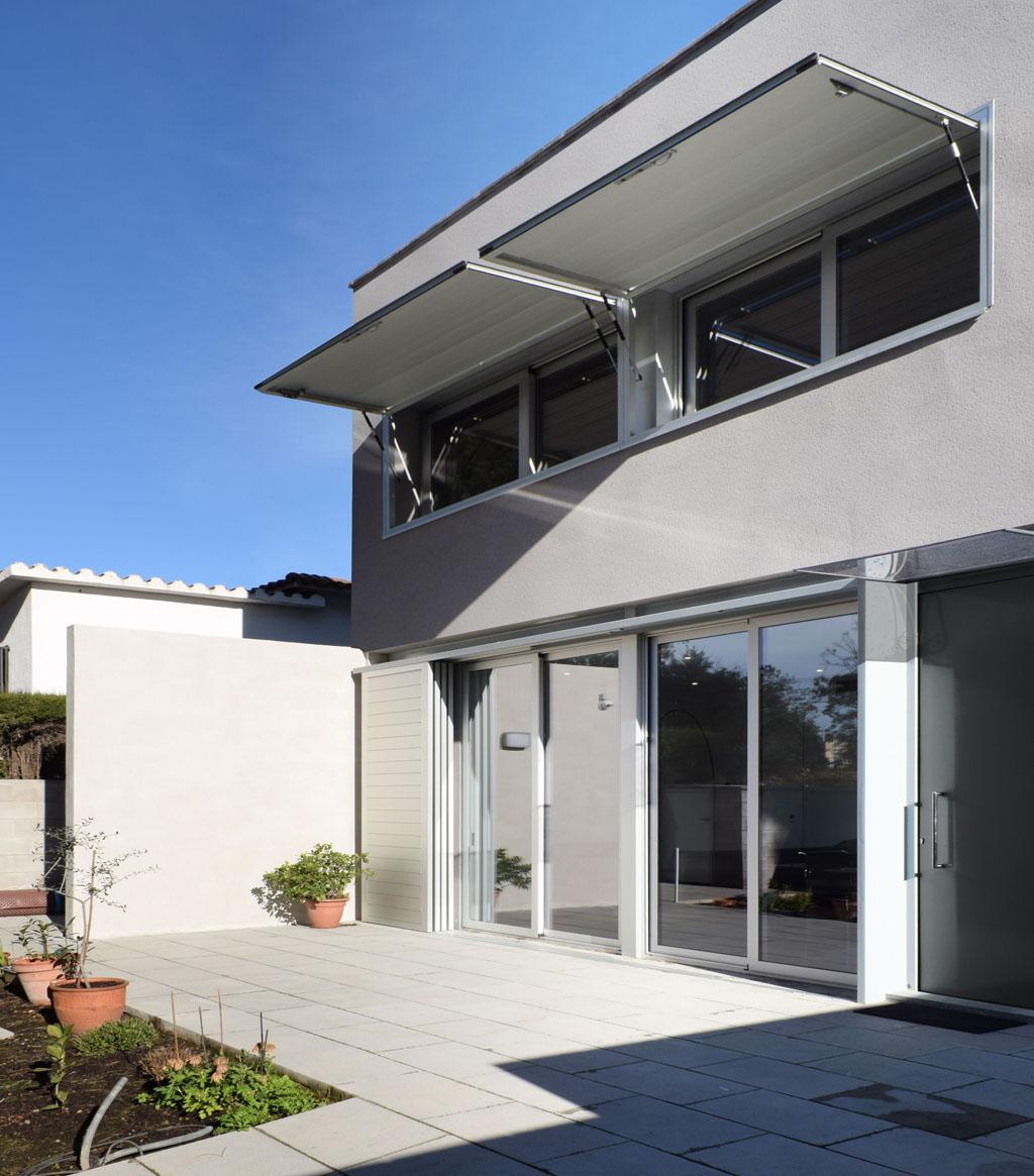 Zona de terraza de la grey House de 08023 Arquitectos